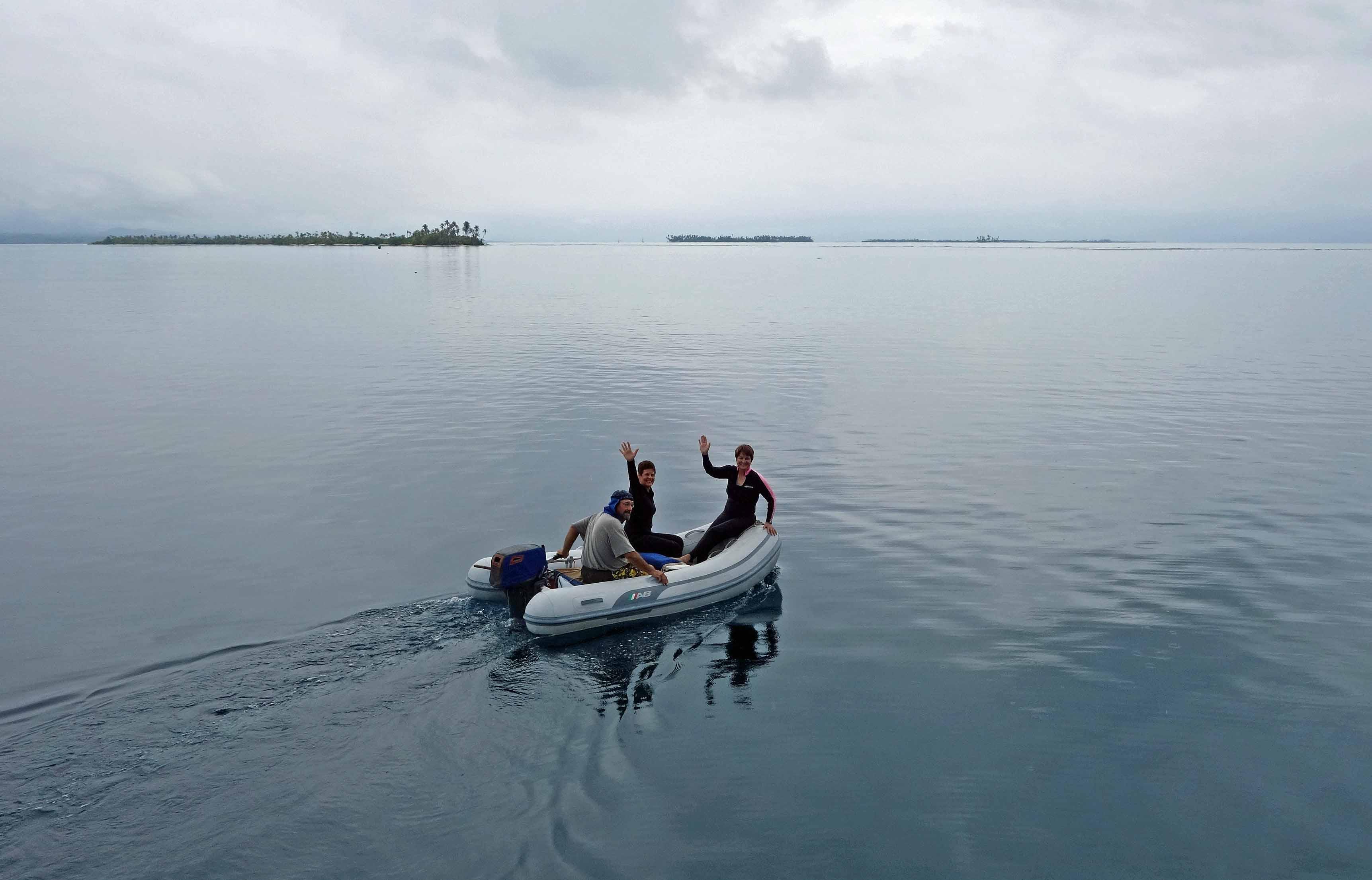 Dingy to nearby snorkel site, Guna Yala islands, Panama
