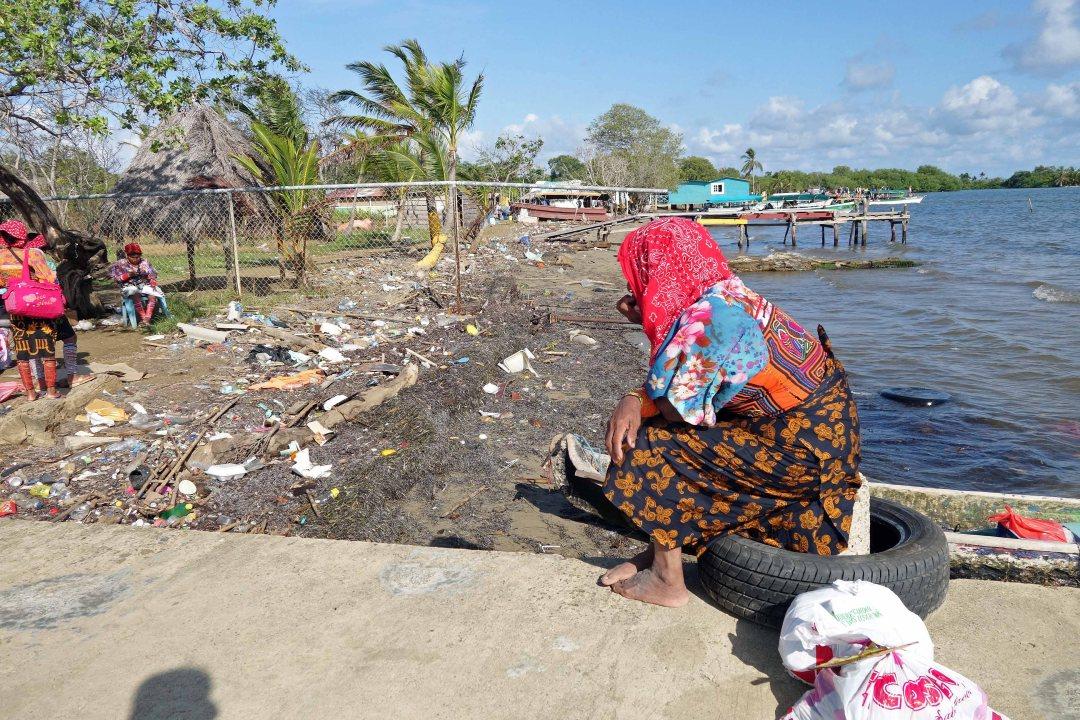 Guna woman, port of Carti docks