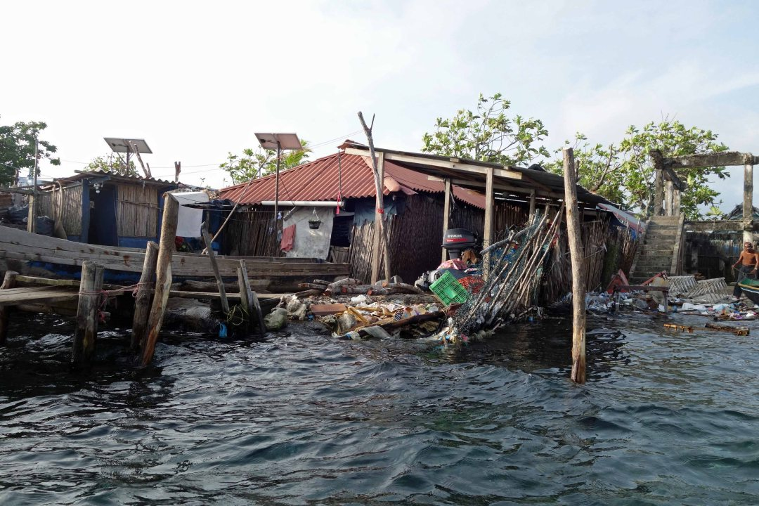 Cartí Sugtupu island, a plastics and garbage heap, densely populated